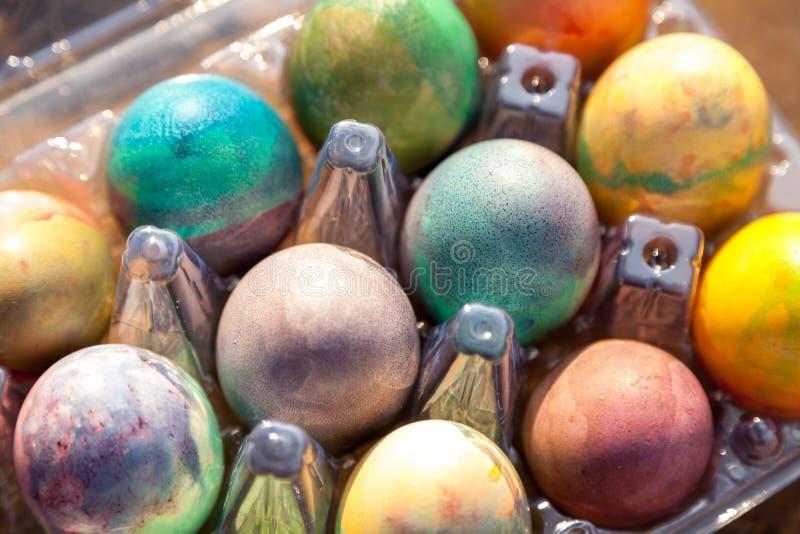 Gruppe von Ostern färbte Eier im Plastikbehälter lizenzfreies stockbild