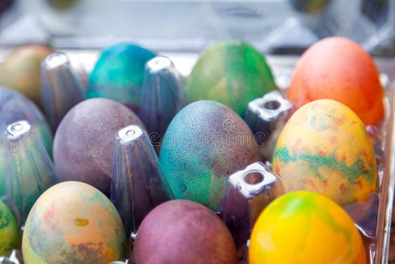 Gruppe von Ostern färbte Eier im Plastikbehälter stockfotos