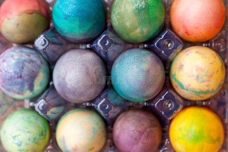 Gruppe von Ostern färbte Eier im Plastikbehälter lizenzfreies stockfoto