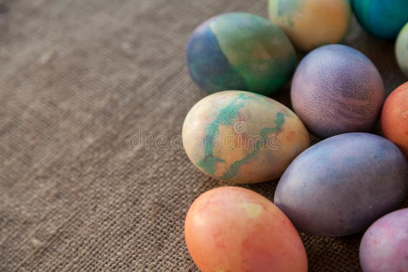 Gruppe von Ostern malte Eier auf Leinwand stockbilder