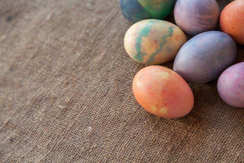 Gruppe von Ostern malte Eier auf Leinwand stockfotografie