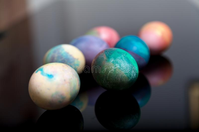 Gruppe von Ostern malte Eier auf schwarzem Hintergrund stockfoto