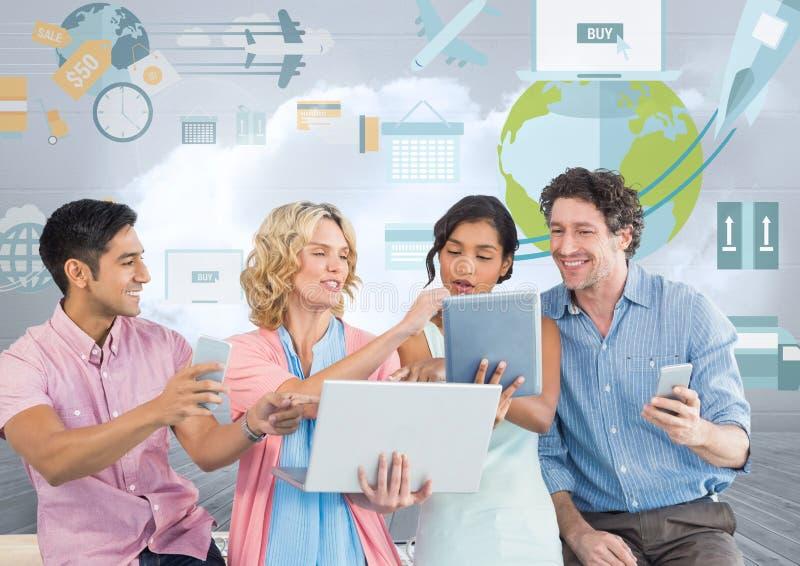 Gruppe von Personen auf Tabletten und Geräten vor Weltkommerziellen Grafiken stockfoto