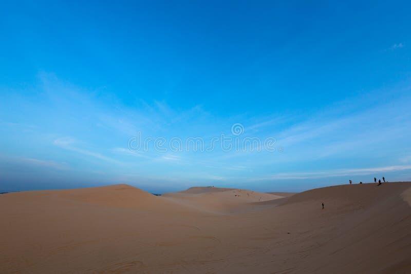 Gruppe von Personen auf weißen Sanddünen stockfotos