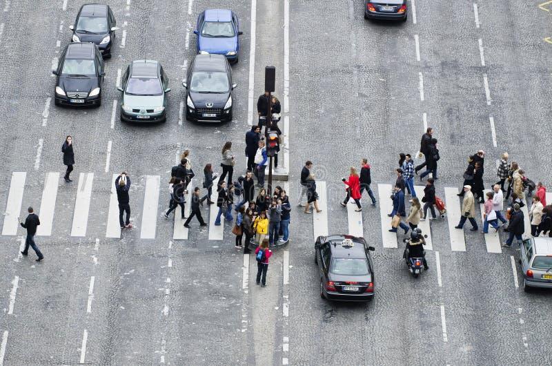 Gruppe von Personen auf Zebrastreifen stockbild