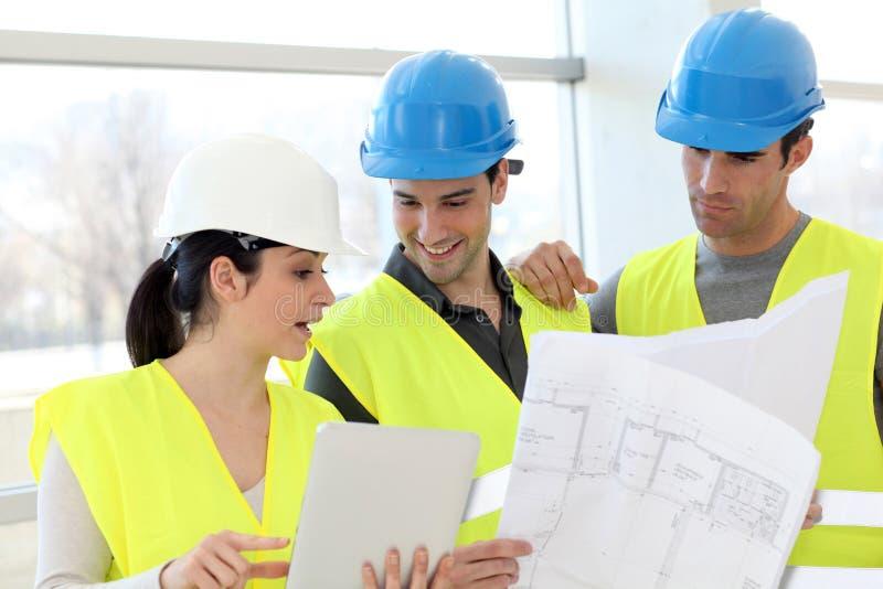 Gruppe von Personen in der Arbeitssitzung stockbilder
