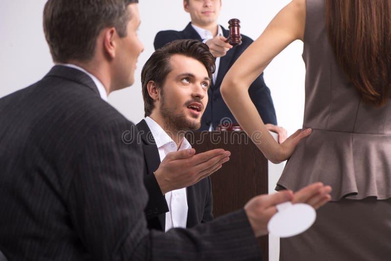 Gruppe von Personen an der Auktion, die Entscheidung trifft. stockbild