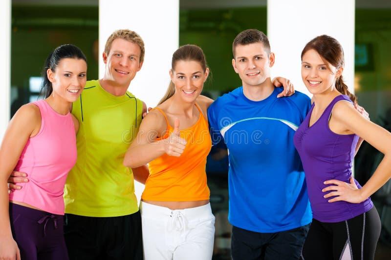 Gruppe von Personen in der Gymnastik lizenzfreie stockfotos