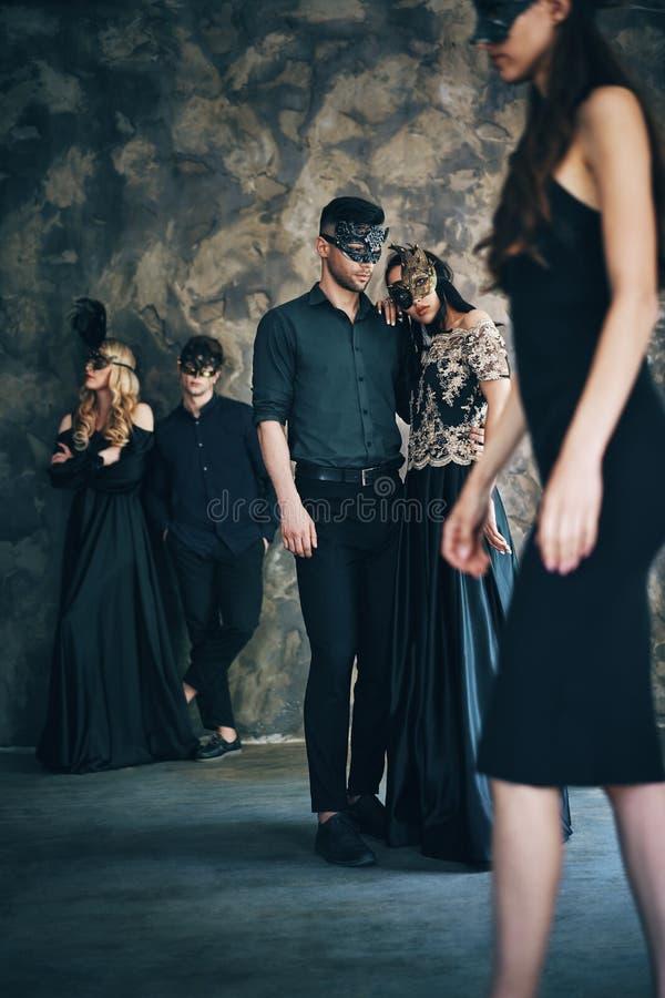 Gruppe von Personen in der Maskeradekarnevalsmaske, die im Studio aufwirft stockbilder