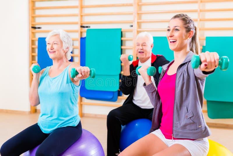 Gruppe von Personen an der Physiotherapie lizenzfreie stockfotos