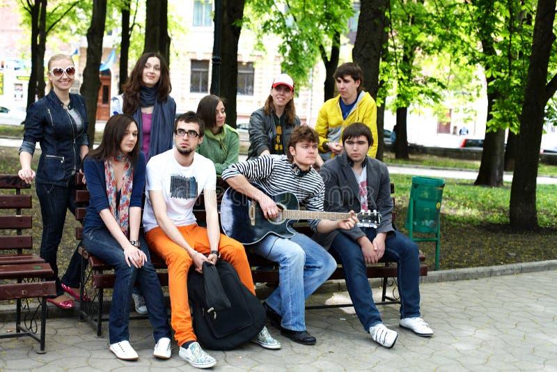 Gruppe von Personen in der Stadt. stockfotografie