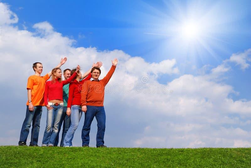 Gruppe von Personen, die auf Himmel zeigt stockfotos