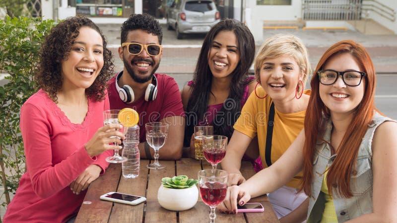 Gruppe von Personen, die draußen in einer Partei am Restaurant gesellig ist stockbild