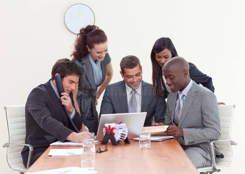 Gruppe von Personen, die in einem Geschäftstreffen arbeitet lizenzfreie stockfotos