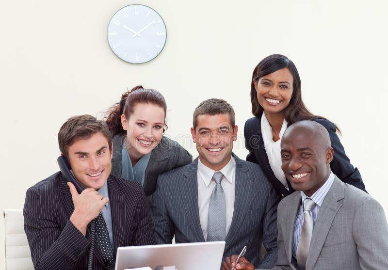 Gruppe von Personen, die in einem Geschäftstreffen lächelt lizenzfreies stockbild