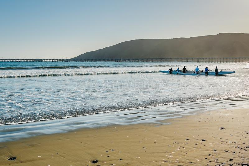 Gruppe von Personen, die entlang dem Meer Kayak fährt Pazifikküste-Landstraße, Avila-Strand stockfotografie
