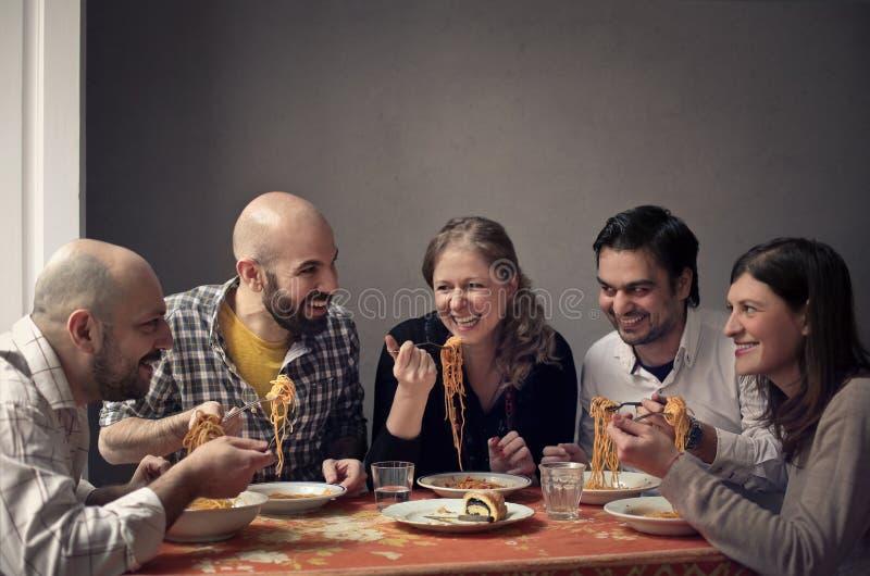Gruppe von Personen, die Familie zu Mittag isst stockfotografie