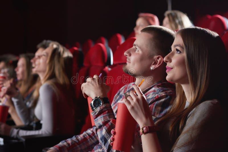Gruppe von Personen, die Film am Kino genießt stockfoto
