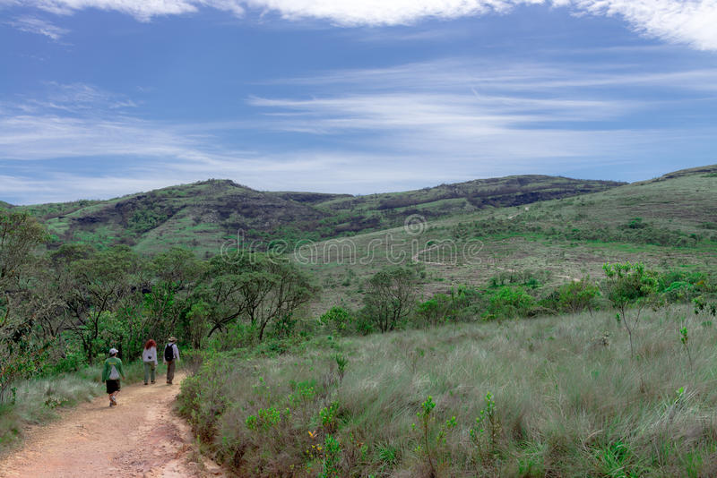 Gruppe von Personen, die in Ibitipoca-Park wandert lizenzfreies stockbild