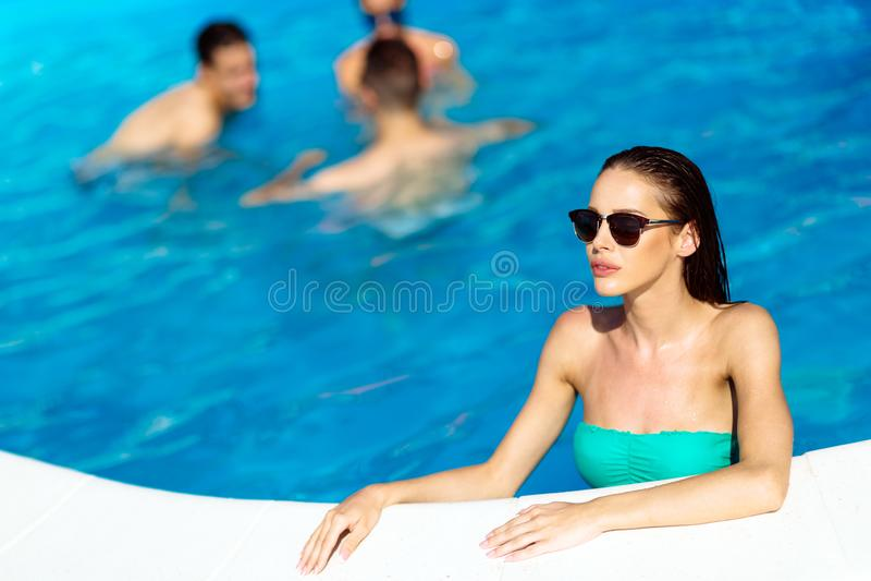 Gruppe von Personen, die im Pool partying ist stockfoto