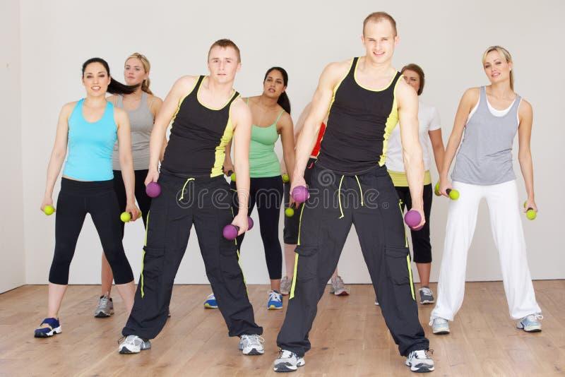 Gruppe von Personen, die im Tanz-Studio trainiert lizenzfreie stockfotos