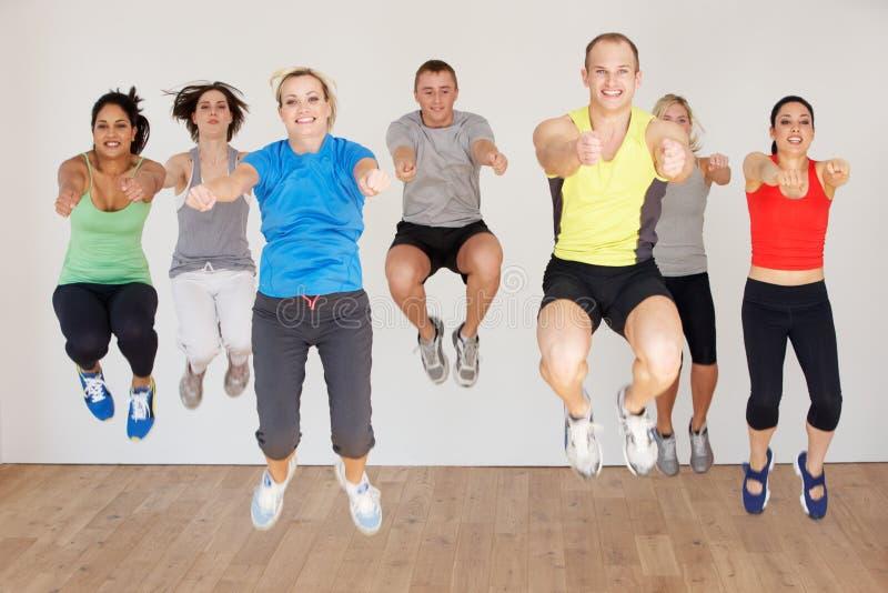Gruppe von Personen, die im Tanz-Studio trainiert lizenzfreie stockbilder