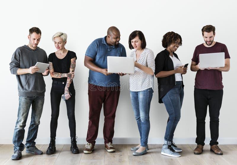 Gruppe von Personen, die Laptop verwendet lizenzfreie stockfotos