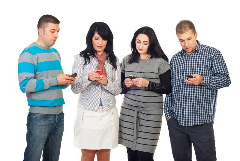 Gruppe von Personen, die Mobiltelefone verwendet lizenzfreie stockfotografie
