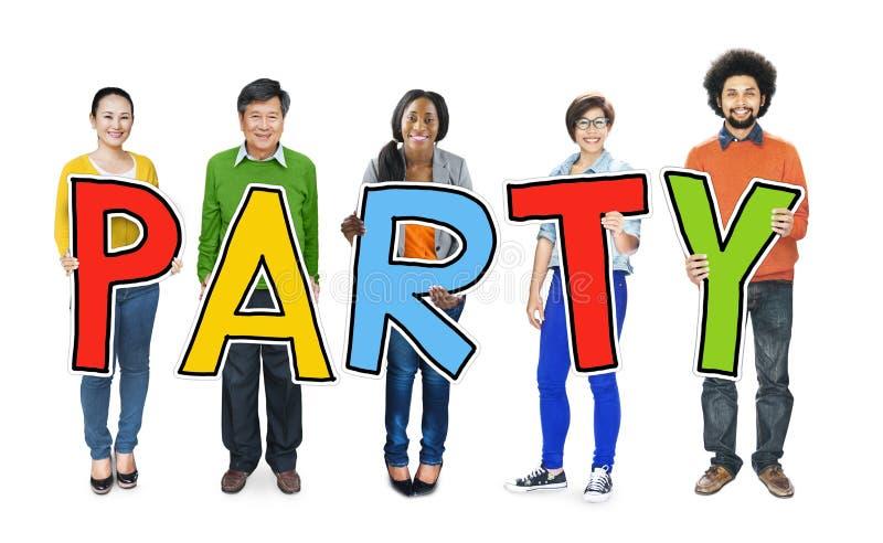 Gruppe von Personen, die Partei-Buchstaben halten steht lizenzfreie stockfotografie