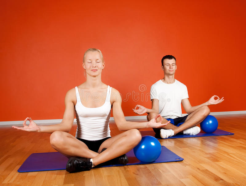 Gruppe von Personen, die Yogaübung tut lizenzfreies stockbild