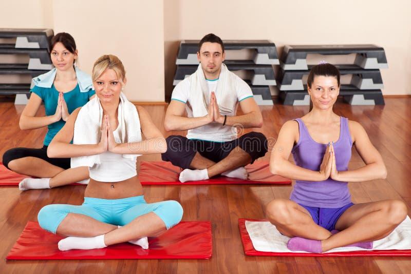 Gruppe von Personen, die Yogaübungen tut lizenzfreies stockbild