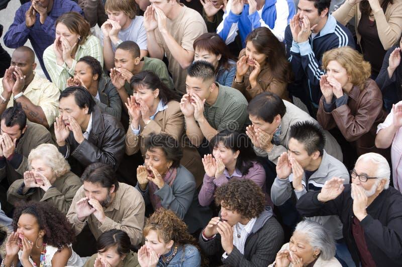 Gruppe von Personen, die zusammen schreit stockbilder