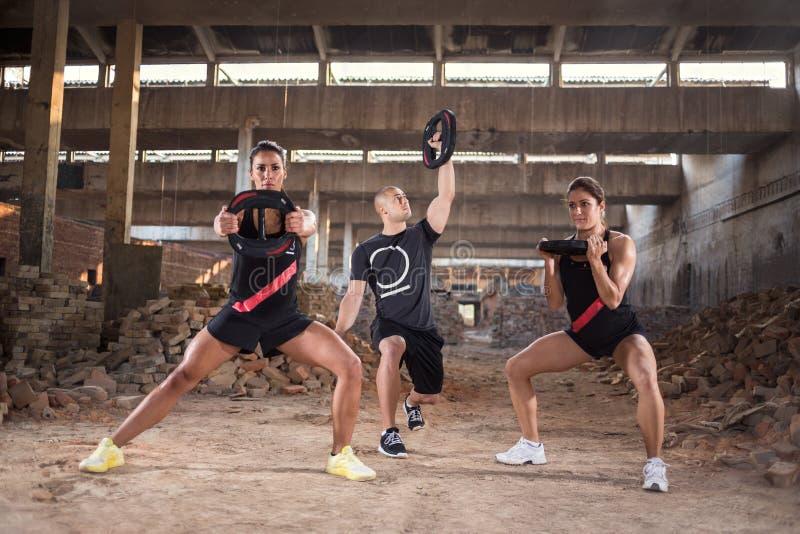 Gruppe von Personen hat muskulöses Training lizenzfreie stockfotos