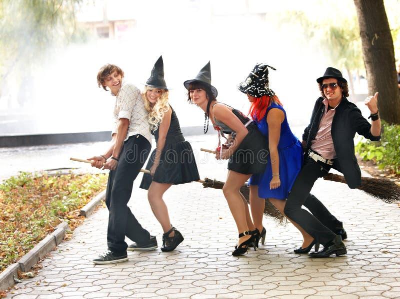 Gruppe von Personen im witck Hut auf Broomstick. lizenzfreies stockfoto