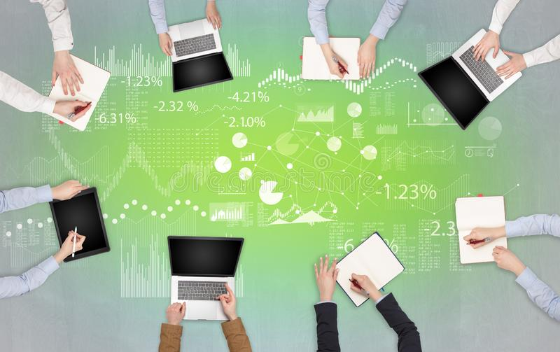 Gruppe von Personen mit Geräten in den Händen, die auf Laptops, Tabletten teamworking sind und bereiten Bericht vor stockfotografie