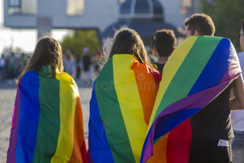 Gruppe von Personen mit homosexueller Regenbogenflagge an einem homosexuellen Stolz LGBT stockfoto