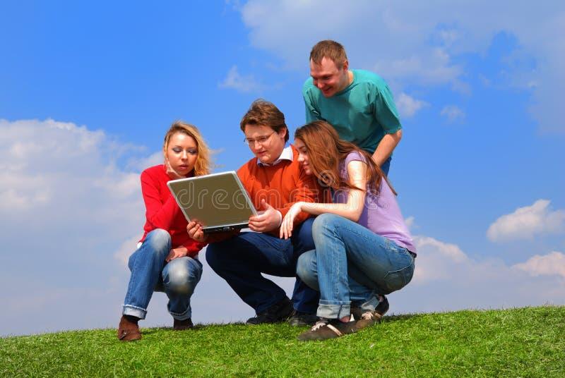 Gruppe von Personen mit Notizbuch lizenzfreies stockbild