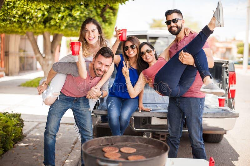 Gruppe von Personen Tailgating und grillen Burger lizenzfreies stockbild