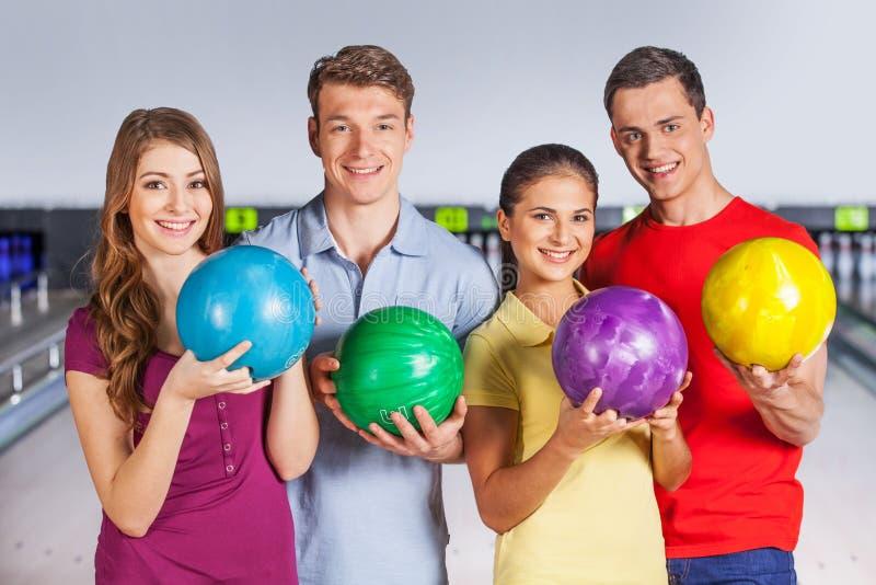 Gruppe von Personenen-Bowlingspiel. lizenzfreie stockbilder
