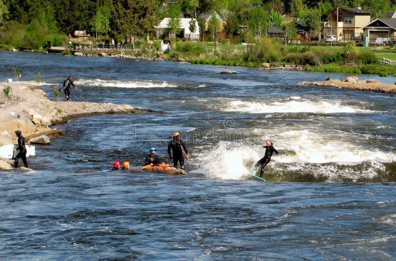 Gruppe von Personenen-Fluss, der in den Whitewaterpark surft Biegung, Oregon, USA stockbilder