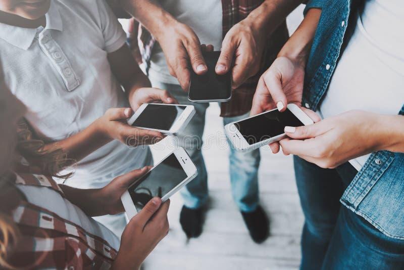 Gruppe von Personenen-Stand im Kreis, der Smartphones in den Händen hält lizenzfreies stockfoto