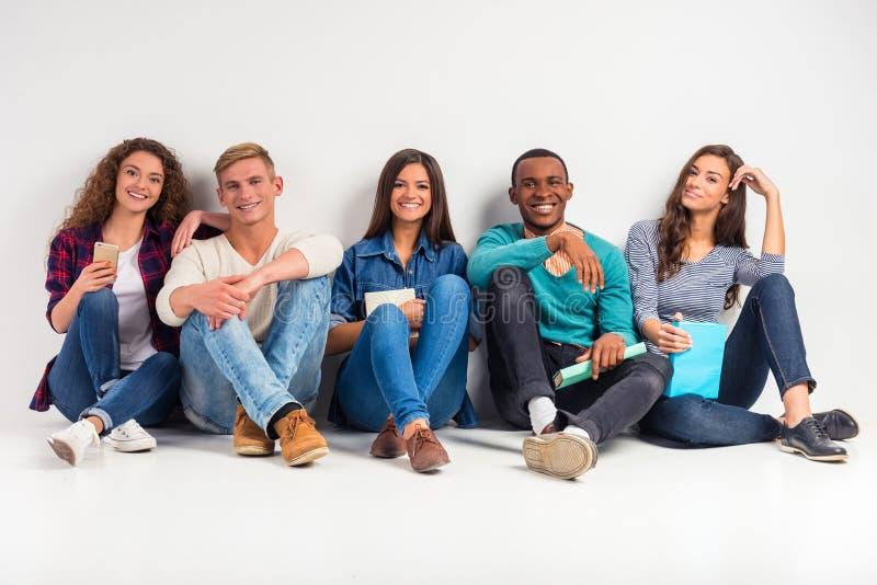 Gruppe von Personenen-Studenten lizenzfreie stockfotos