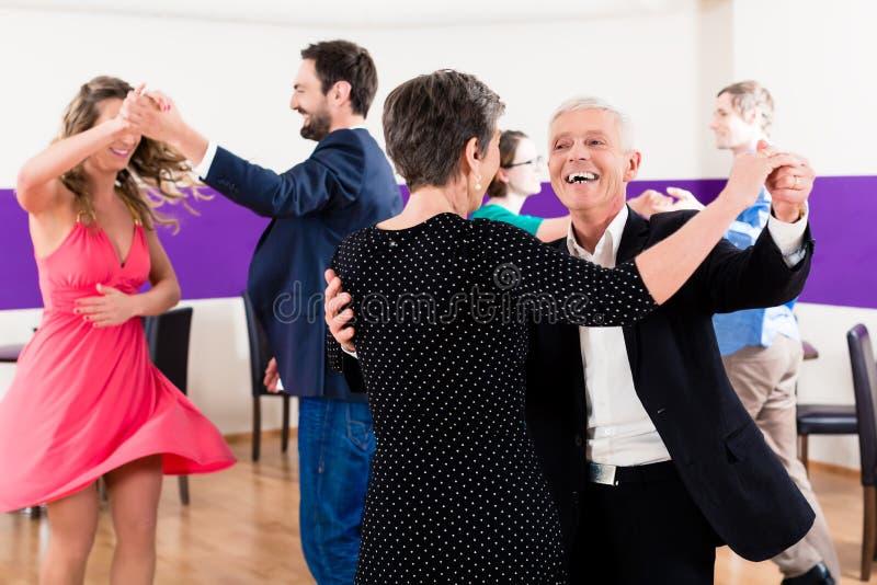 Gruppe von Personenen-Tanzen in der Tanzklasse stockbild