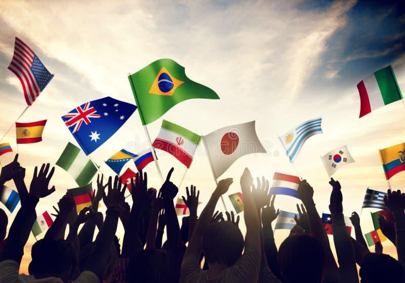 Gruppe von Personenen-wellenartig bewegende Flaggen im Weltcup-Thema stockbilder