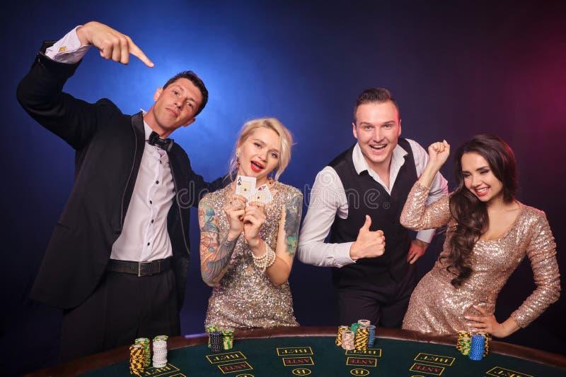Gruppe von stilvolle reiche Freunde spielen Schürhaken am Kasino lizenzfreie stockbilder
