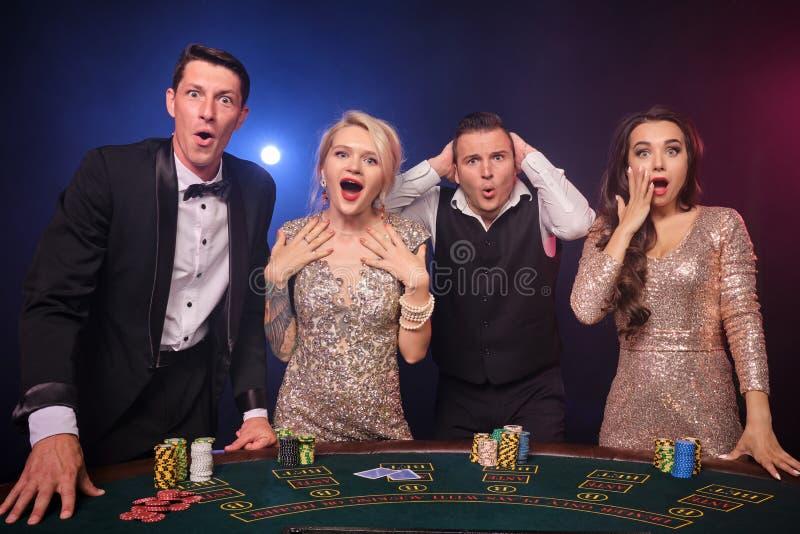 Gruppe von stilvolle reiche Freunde spielen Schürhaken am Kasino lizenzfreie stockfotografie