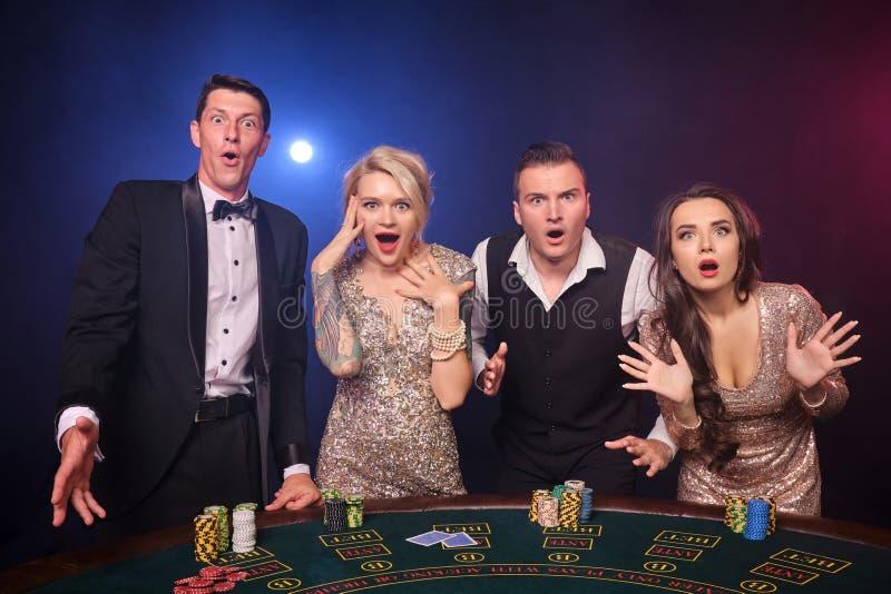 Gruppe von stilvolle reiche Freunde spielen Schürhaken am Kasino stockfoto