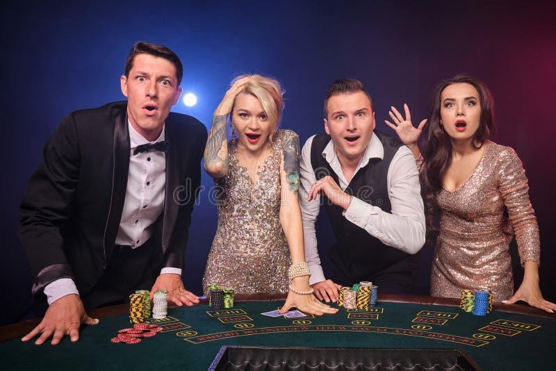 Gruppe von stilvolle reiche Freunde spielen Schürhaken am Kasino lizenzfreies stockfoto