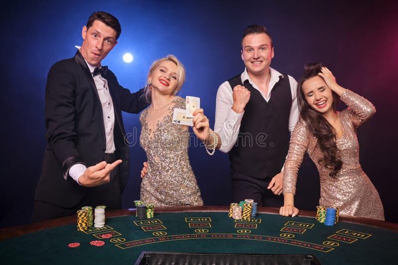 Gruppe von stilvolle reiche Freunde spielen Schürhaken am Kasino stockfotos