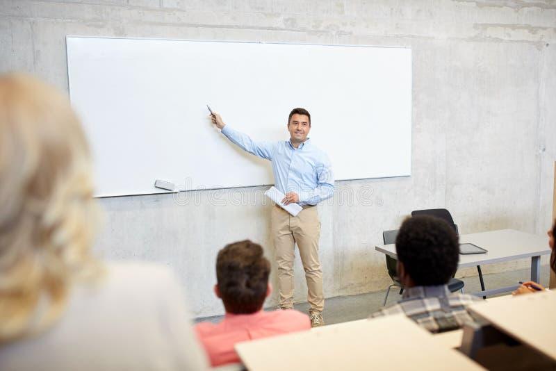 Gruppe von Studenten und von Lehrer am Vortrag lizenzfreie stockfotos